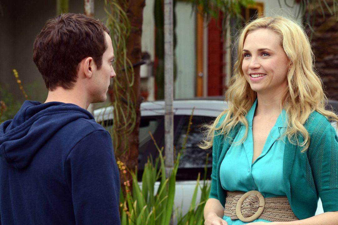 Ryan (Elijah Wood, l.) und  Jenna (Fiona Gubelmann, r.) sind endlich ehrlich zueinander und sprechen sich aus. Ryan ist überrascht, was Jenna ihm ge... - Bildquelle: 2011 FX Networks, LLC. All rights reserved.