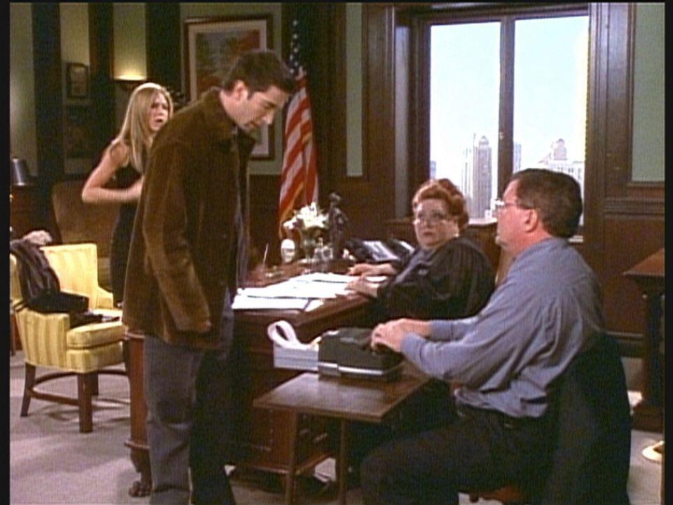 Ross (David Schwimmer, 2.v.l.) und Rachel (Jennifer Aniston, l.) bemühen sich um die Annullierung ihrer Ehe. - Bildquelle: TM+  2000 WARNER BROS.