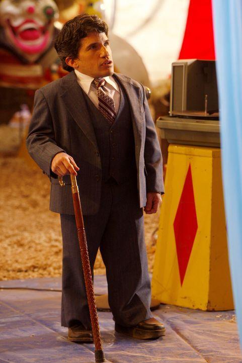 Rückblende: Biggie Jones (Mark Povinelli) hält nicht viel von Neuerungen im Zirkus - er hält an Traditionen fest ... - Bildquelle: Warner Bros. Television