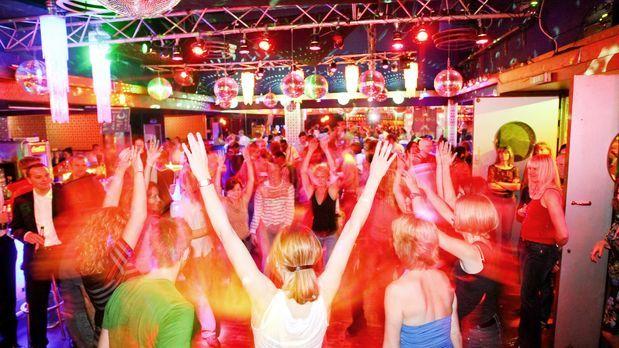 katerfruestueck-ausgelassene-partystimmung-09-07-20-dpa - Bildquelle: dpa