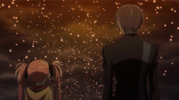 Rentaro (r.) und Enju (l.) blicken den Tausenden von Papierlaternen nach, die...