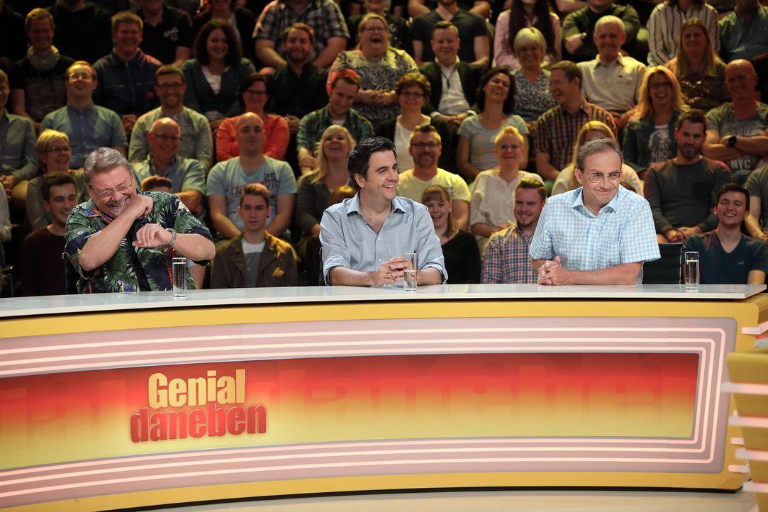 Was ist die richtige Antwort? Jürgen von der Lippe (l.), Bastian Pastewka (M.) und Wigald Boning (r.) geben ihr Bestes, um die Fragen der Zuschauer... - Bildquelle: Frank Hempel SAT.1