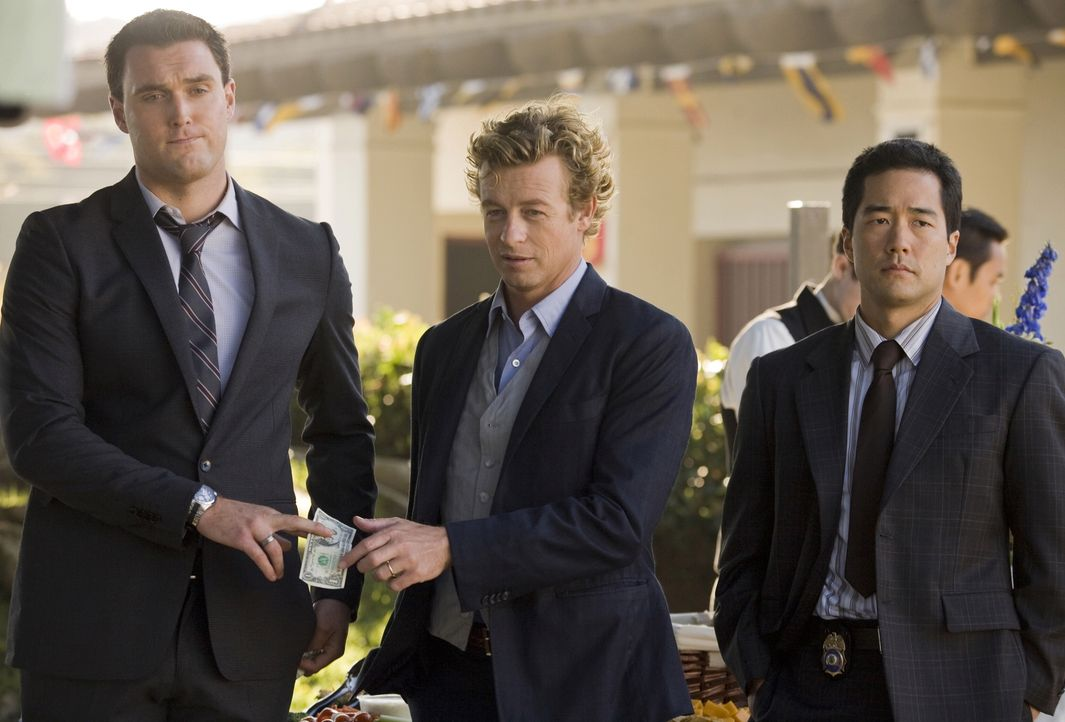Arbeiten an einem neuen Mordfall: Patrick Jane (Simon Baker, M.), Kimball Cho (Tim Kang, r.) und Wayne Rigsby (Owain Yeoman, l.) - Bildquelle: Warner Bros. Television