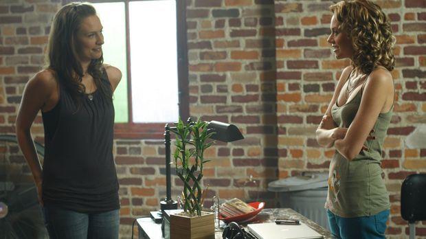 Lindsey (Michaela McManus, l.) sucht Peyton (Hilarie Burton, r.) auf, um ihr...