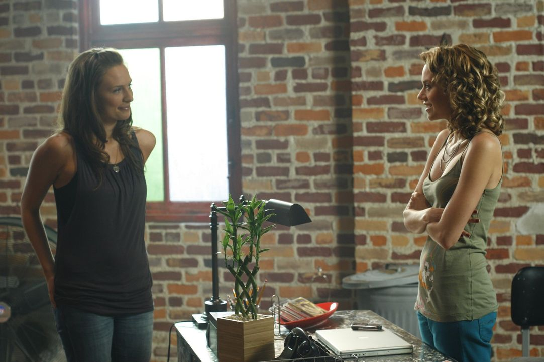 Lindsey (Michaela McManus, l.) sucht Peyton (Hilarie Burton, r.) auf, um ihr einen guten Start in Tree Hill zu wünschen, doch Peyton bezweifelt, da... - Bildquelle: Warner Bros. Pictures