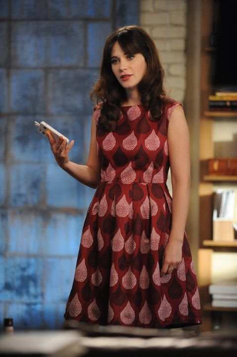 Jess (Zooey Deschanel) schleicht sich auf eine Beerdigung, um eine leicht missverständliche Nachricht vom Handy des Toten zu löschen ... - Bildquelle: 2015 Twentieth Century Fox Film Corporation. All rights reserved.