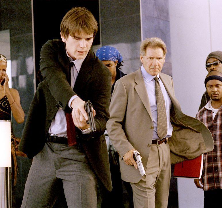 Eigentlich liegen ihre Ambitionen ganz woanders, aber ab und zu müssen die beiden Hollywood Cops Joe Gavilan (Harrison Ford, r.) und K.C. Calden (J... - Bildquelle: 2003 Sony Pictures Television International. All Rights Reserved.