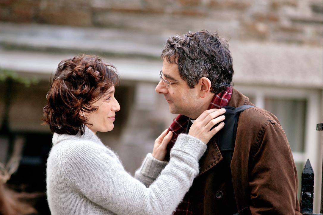 Gloria Goodfellow (Kristin Scott Thomas, l.) wünscht ihrem Mann Walter (Rowan Atkinson, r.) viel Glück für seine bevorstehende Rede vor dem Konve... - Bildquelle: Constantin Film