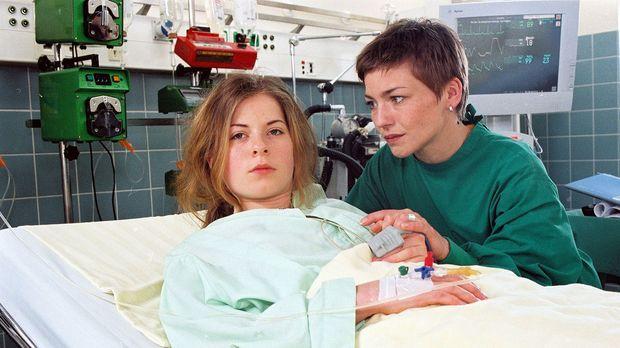Die 15-jährige Edda (Klaudia Balawender, l.) ist verunglückt und außerdem noc...