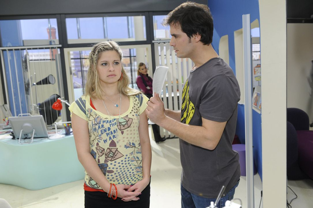 Mia (Josephine Schmidt, l.) ist entschlossen, Alexander (Paul Grasshoff, r.) zu zeigen, dass sie eine zuverlässige und engagierte Mitarbeiterin ist... - Bildquelle: SAT.1