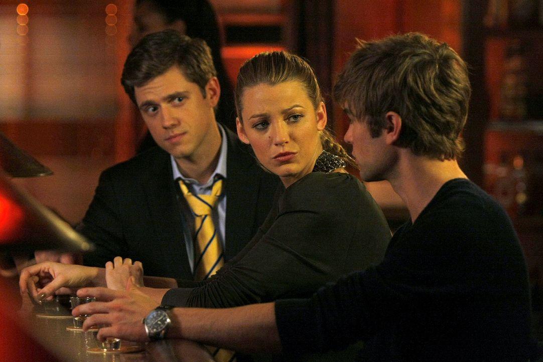 Serena (Blake Lively, M.) ist sauer auf Nate (Chace Crawford, r.), weil dieser ihr nichts von Tripps (Aaron Tveit, l.) Problemen erzählt hat, um sel... - Bildquelle: Warner Brothers