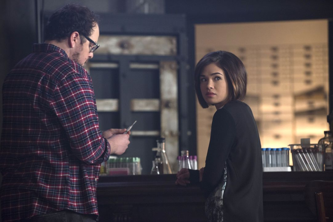 Machen sich Sorgen, denn Liam ist gefährlicher als erwartet: JT (Austin Basis, l.) und Heather (Nicole Gale Anderson, r.) ... - Bildquelle: Christos Kalohoridis 2015 The CW Network, LLC. All rights reserved.