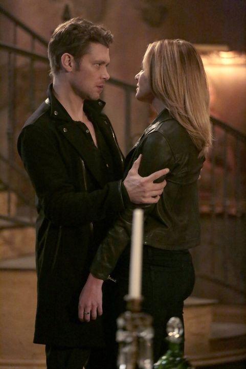 Klaus (Joseph Morgan, l.) versucht, Cami (Leah Pipes, r.) das Dasein als Vampir zu erklären, doch die ganzen Regelungen und Einschränkungen gefallen... - Bildquelle: Warner Bros. Entertainment, Inc.