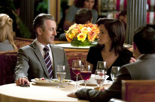 Good Wife - Elis (Alan Cumming, l.) Ex-Frau Vanessa (Parker Posey, r.) erzähl...