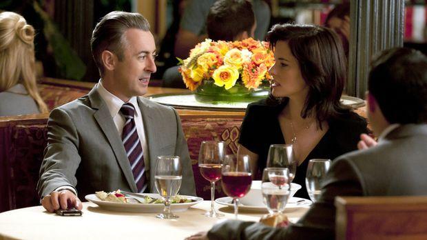 Elis (Alan Cumming, l.) Ex-Frau Vanessa (Parker Posey, r.) erzählt ihm von ih...