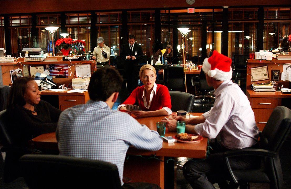 Verbringen Weihnachten zusammen: Vivian (Marianne Jean-Baptiste, l.) Samantha (Poppy Montgomery, 2.v.r.), Danny (Enrique Murciano, 2.v.l.) und Marti... - Bildquelle: Warner Bros. Entertainment Inc.