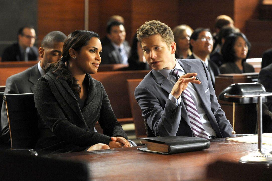 Cary (Matt Czuchry, r.) arbeitet mit Dana Lodge (Monica Raymund, l.) an einem neuen Fall, wobei sich die beiden auch privat näher kommen ... - Bildquelle: 2011 CBS Broadcasting Inc. All Rights Reserved.