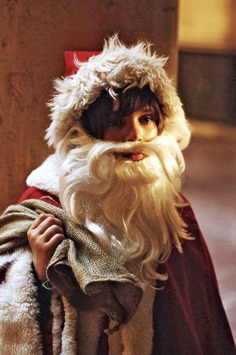 Um seine Lieblingsgans Henriette vor dem Schlachten zu retten, verkleidet sich Rudi (Markus Krojer) als Weihnachtsmann. Er möchte auf einer großen... - Bildquelle: Walter Wehner Sat.1