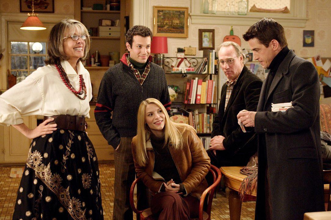 Eigentlich hatte Meredith ihre Schwester Julie (Claire Danes, M.) gebeten, zum Weihnachtsfest bei der Familie ihres Freundes Everett (Dermot Mulrone... - Bildquelle: 2005 Twentieth Century Fox Film Corporation.  All rights reserved.