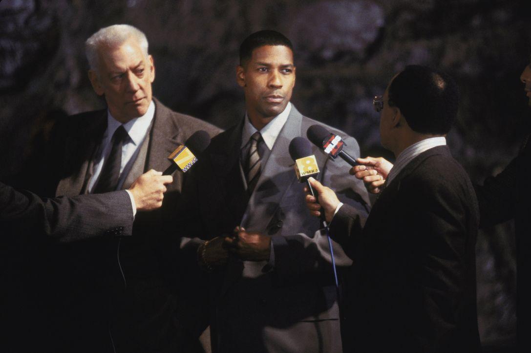 Nach der Hinrichtung des Serienkillers Edgar Reese stellen sich Lt. Stanton (Donald Sutherland, l.) und John Hobbes (Denzel Washington, M.) den Frag... - Bildquelle: Warner Brothers