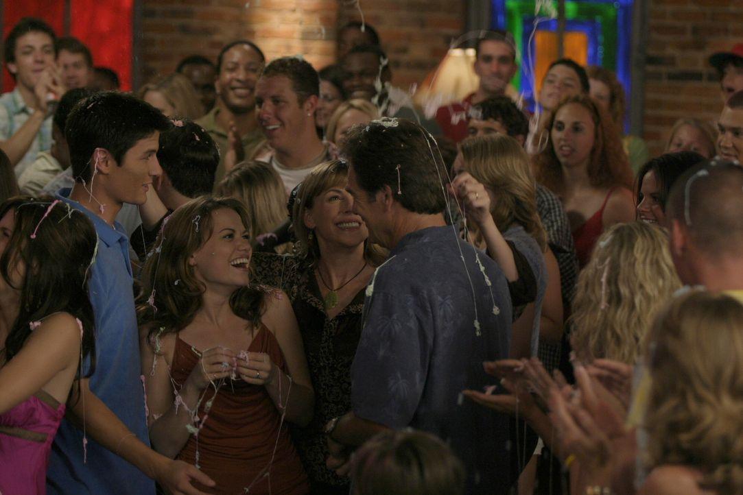 (v.l.n.r.) Nathan (James Lafferty) und Haley (Bethany Joy Galeotti) sowie ihre Eltern Lydia (Bess Armstrong) und Jim (Huey Lewis) genießen die frö... - Bildquelle: Warner Bros. Pictures