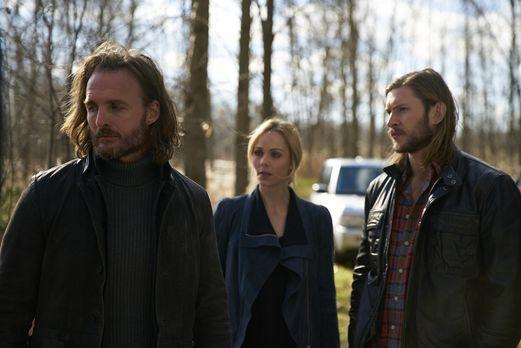 Bitten - Elena (Laura Vandervoort, M.) und Clay (Greyston Holt, r.) bieten Je...