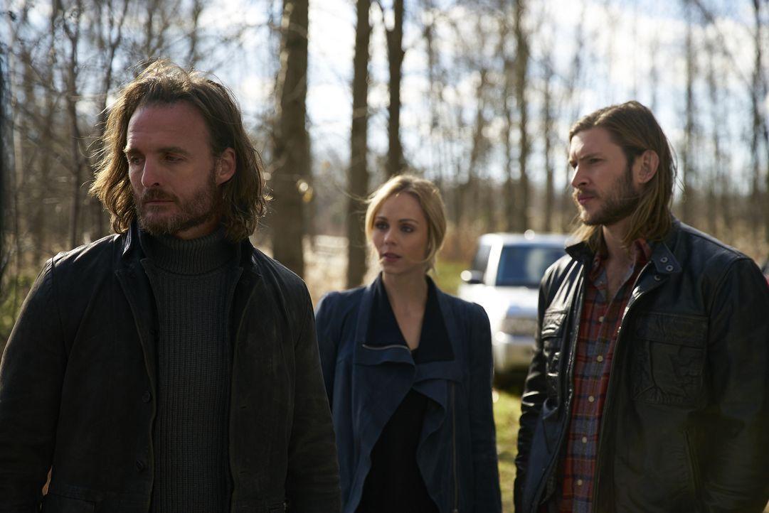 Elena (Laura Vandervoort, M.) und Clay (Greyston Holt, r.) bieten Jeremy (Greg Bryk, l.) ihre Hilfe an, doch der Alpha will Roman alleine töten - bi... - Bildquelle: 2016 She-Wolf Season 3 Productions Inc.