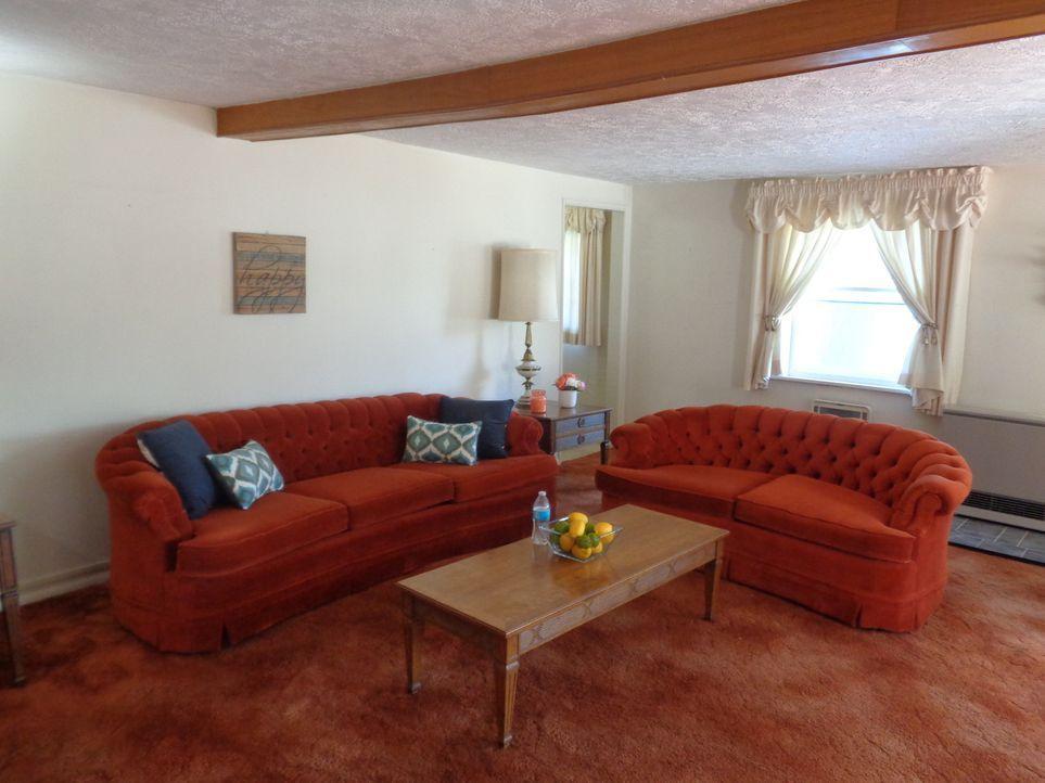 Das Wohnzimmer in Hilltop Hideaway ist groß und geräumig, doch wie Immobilenmarkler Steve Hinand angekündigt hat, ist die ein oder andere Renovierun... - Bildquelle: 2015,HGTV/Scripps Networks, LLC. All Rights Reserved