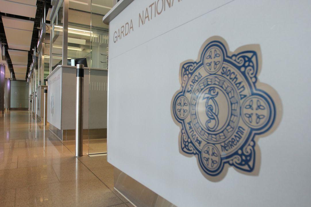 Eine Flugreisende aus Indien will angeblich ihren Ehemann in Irland treffen,... - Bildquelle: Licensed by Parthenon Entertainment Ltd.