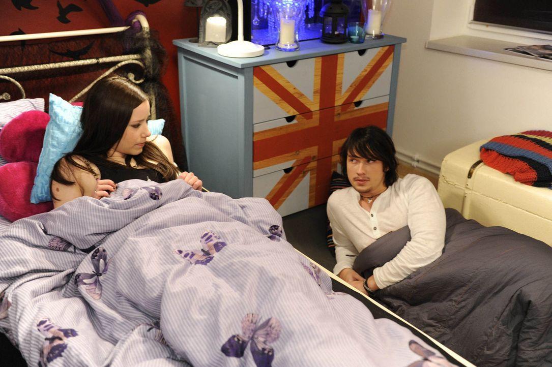 Luzi (Selina Müller, l.) und Ben (Christopher Kohn, r.) sind nach dem Kuss zu verwirrt, um schlafen zu können ... - Bildquelle: SAT.1