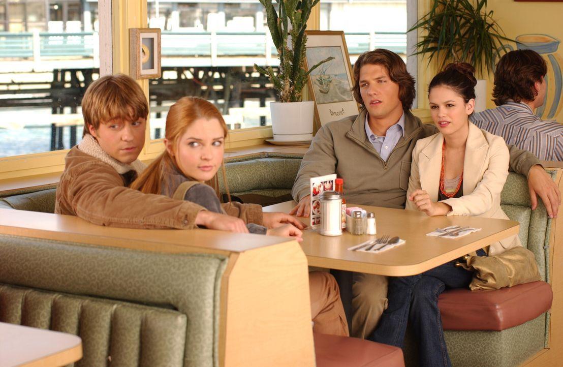 Gemeinsam verbringen Ryan (Benjamin McKenzie, l.), Lindsay (Shannon Lucio, 2.v.l.), Zach (Michael Cassidy, 2.v.r.) und Summer (Rachel Bilson, r.) ei... - Bildquelle: Warner Bros. Television