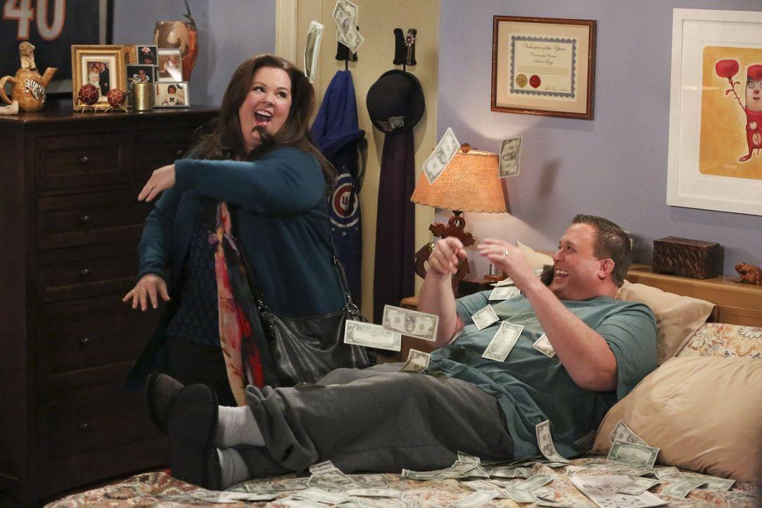 Wiedersehensfreude: Molly (Melissa McCarthy, l.) hat im Casino einen Riesengewinn gemacht - Mike (Billy Gardell, r.) ist völlig aus dem Häuschen ... - Bildquelle: Warner Brothers