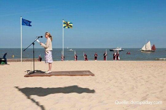 Shit Bricks - Vortrag am Strand