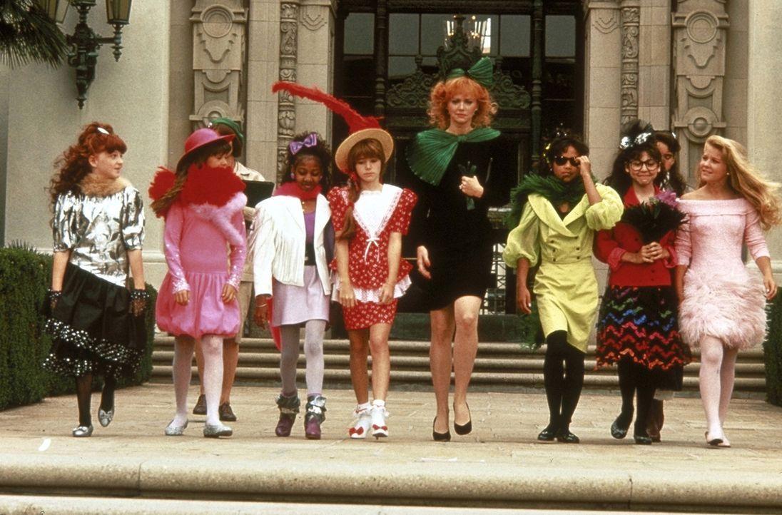 Phyllis (Shelley Long, M.) und die verwöhnten Beverly-Hills-Kinder müssen sich von ihren Designer-Klamotten trennen und stattdessen schlichte Pfadfi... - Bildquelle: Columbia Pictures