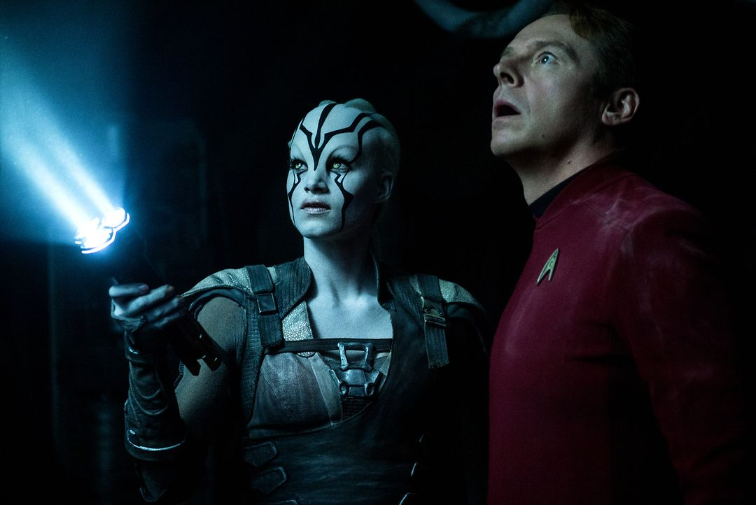 Jaylah (Sofia Boutella, l.) stößt Scotty (Simon Pegg, r.) auf ein wichtiges Detail in ihrem Kampf gegen einen scheinbar unbekannten Feind ... - Bildquelle: Kimberley French 2016 Paramount Pictures. STAR TREK and related marks and logos are trademarks of CBS Studios Inc.