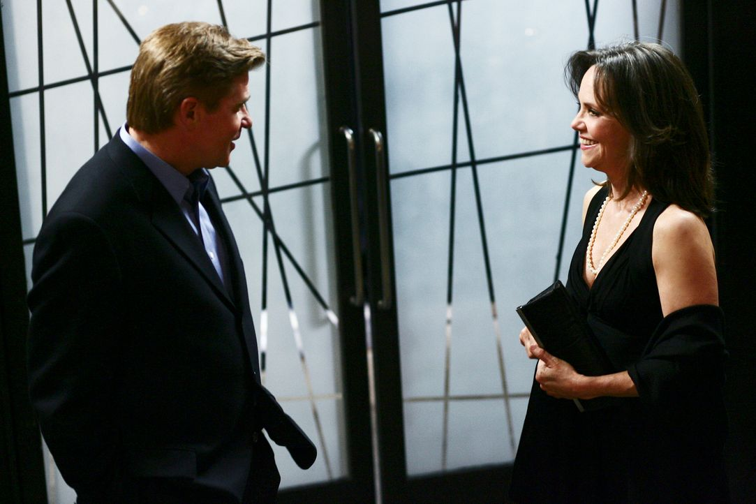 David Morton (Treat Williams, l.) führt seit Jahren Reparaturarbeiten für die Warrens aus, und er ist Nora (Sally Field, r.) nicht unsympathisch ... - Bildquelle: Disney - ABC International Television