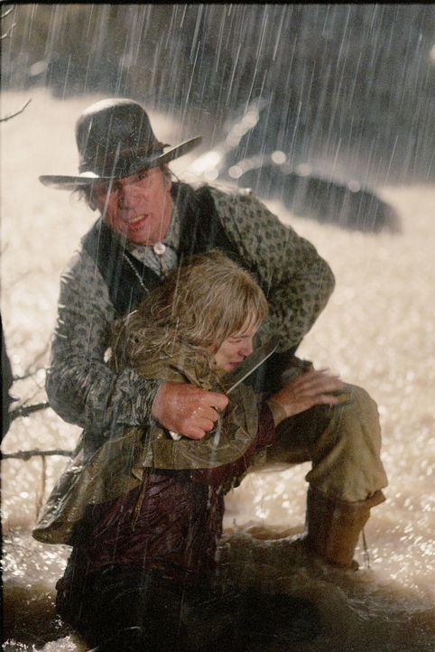 Im Kampf mit hemmungslosen Gangstern: Samuel Jones (Tommy Lee Jones, hinten) und Dot (Jenna Boyd, vorne) ... - Bildquelle: 2004 Sony Pictures Television International. All Rights Reserved.