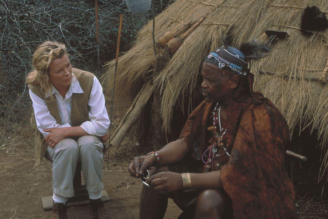 Kuki Gallmann (Kim Basinger, l.) beschließt, ihrem privilegierten, aber unbefriedigenden Leben zu entfliehen und folgt ihrem alten Kindheitstraum ... - Bildquelle: Columbia Pictures