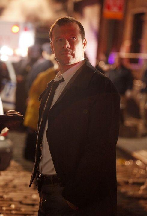 Danny (Donnie Wahlberg) ist geschockt, als er erfährt, für wen der Ermordete gearbeitet hat ... - Bildquelle: 2011 CBS Broadcasting Inc. All Rights Reserved