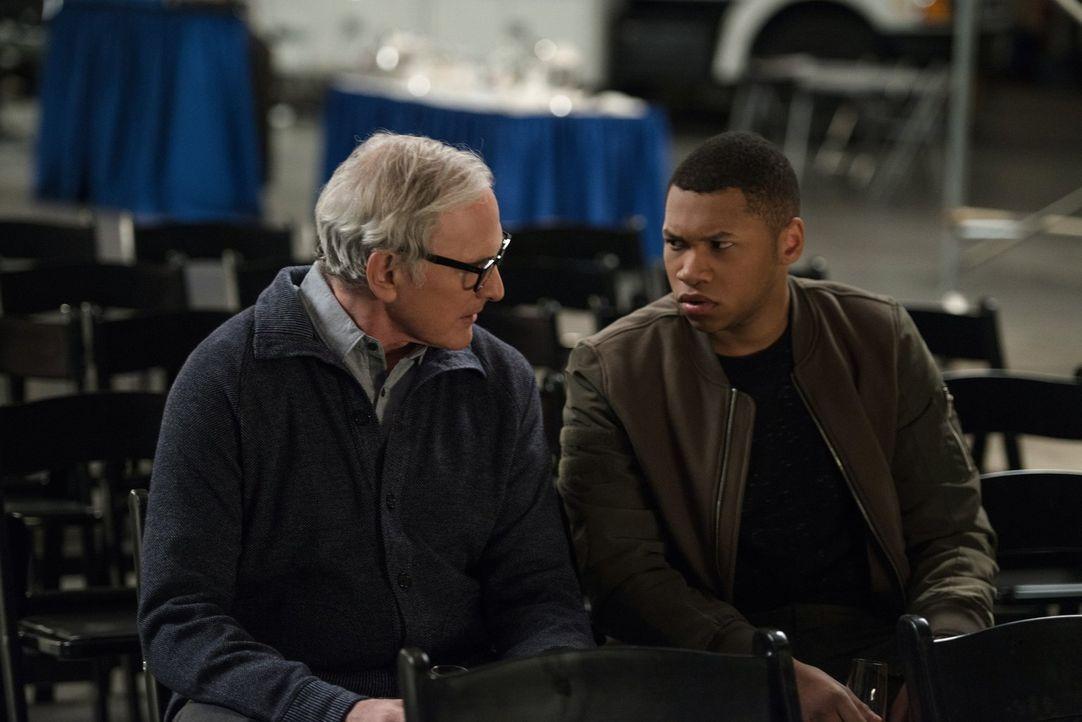 Martin (Victor Garber, l.) sucht Rat bei Jefferson (Franz Drameh, r.), als ihm bewusst wird, dass er durch eine Veränderung der Zeitschiene, wirklic... - Bildquelle: Warner Brothers