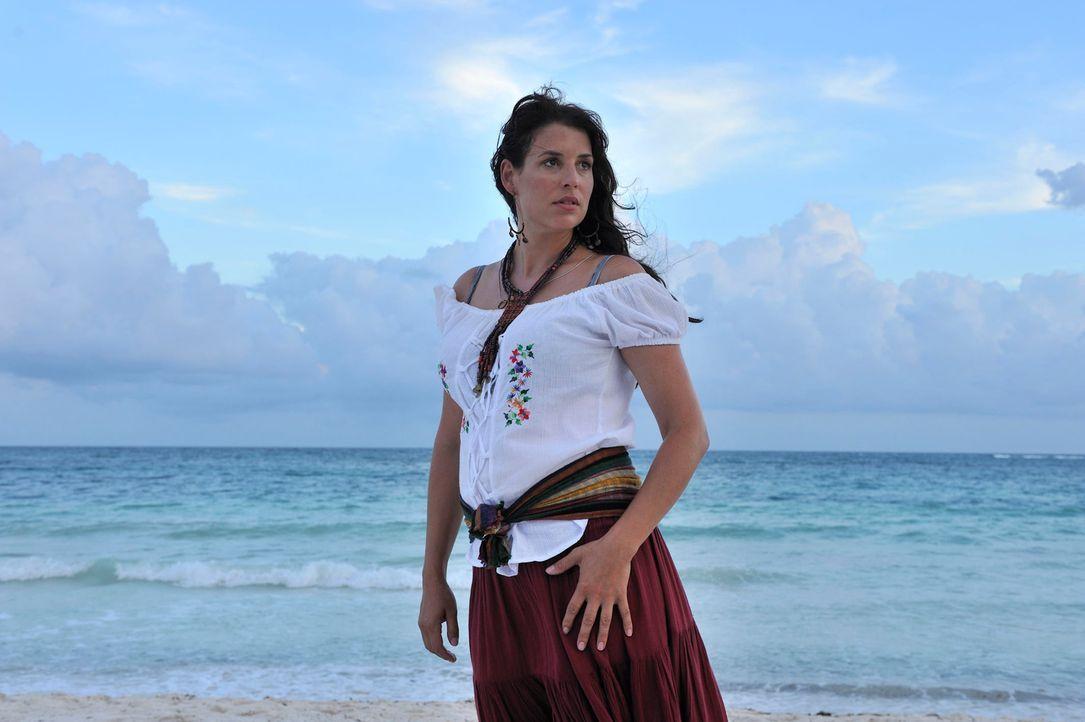 Consuela (Elena Uhlig) ist seit vielen Jahren mit Pepe verheiratet und viel Kummer gewöhnt. Die Masche von ihm, sie sei seine Schwester, ist ihr bek... - Bildquelle: Hardy Brackmann SAT.1