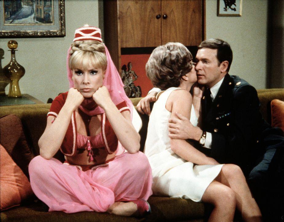 Roger (Bill Daily, r.) rät Jeannie (Barbara Eden, l.), so zu tun, als sei sie schwer zu haben, um Tony endlich zu einem Heiratsantrag zu bewegen. Doch irgendwie haut das nicht wirklich hin ...