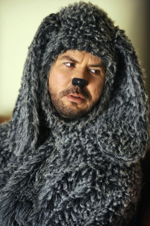 Wilfred (Jason Gann) verliebt sich eine Stoffgiraffe, die jedoch angeblich ganz besondere sexuelle Fantasien hat ... - Bildquelle: 2011 FX Networks, LLC. All rights reserved.