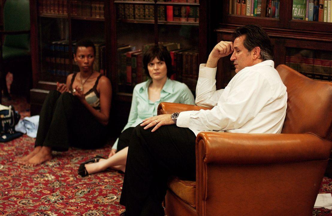 Können Libby (Betsy Brandt, l.) und Fran (Ann Johnson, M.) Jack (Anthony LaPaglia, r.) bei seinen Ermittlungen helfen? - Bildquelle: Warner Bros. Entertainment Inc.