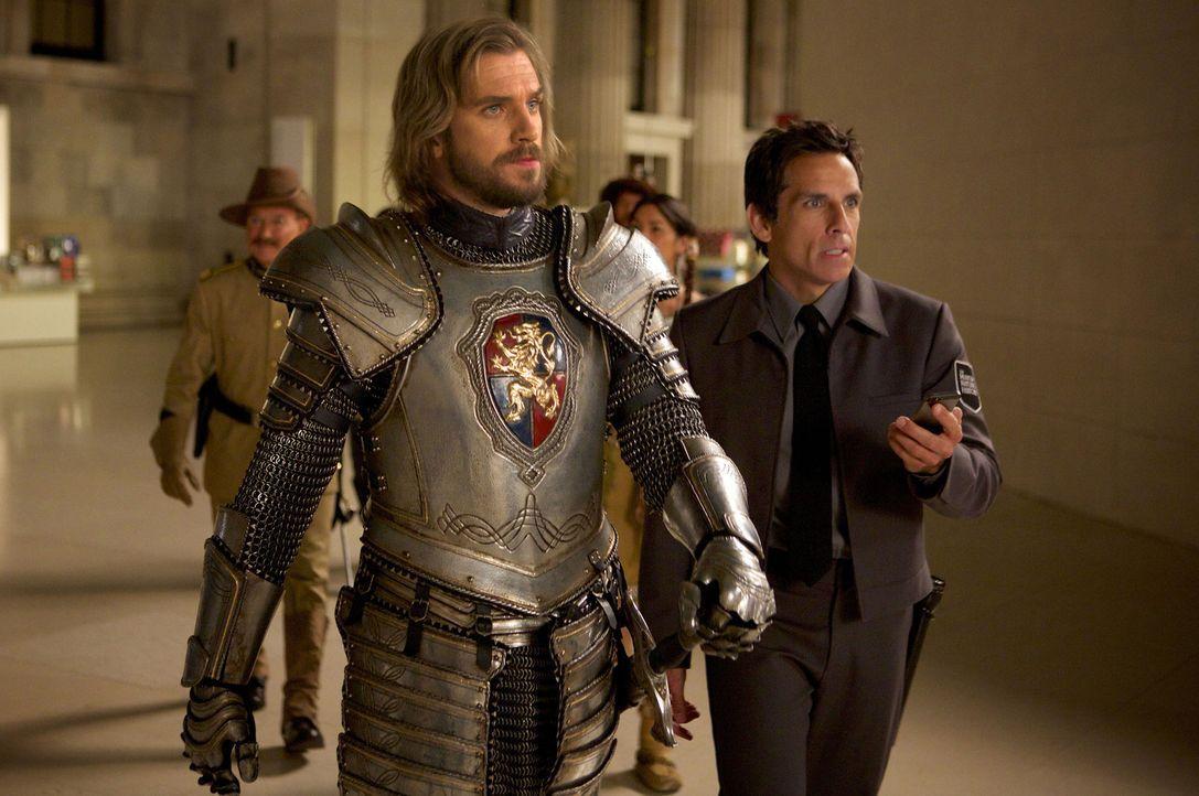 Als Larry (Ben Stiller, r.) von einem äußerst lebendigen Drachenskelett angegriffen wird, kommt der überaus freundliche Sir Lancelot (Dan Stevens, l... - Bildquelle: 2014 Twentieth Century Fox Film Corporation.  All rights reserved.
