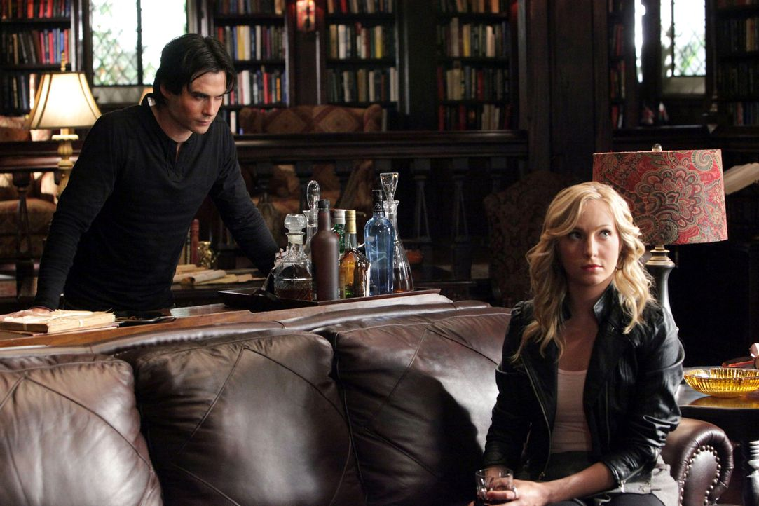 Überbringt Damon (Ian Somerhalder, l.) und Stefan eine Nachricht von Katherine, welche den Mondstein von den beiden zurückfordert: Caroline (Candice... - Bildquelle: Warner Brothers