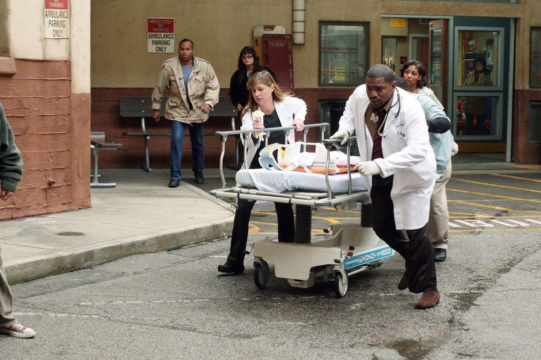 Ein neuer Patient wird eingeliefert: Abby (Linda Cardellini, l.) und Pratt (Mekhi Phifer, r.) kommen mit der Barre ... - Bildquelle: Warner Bros. Television