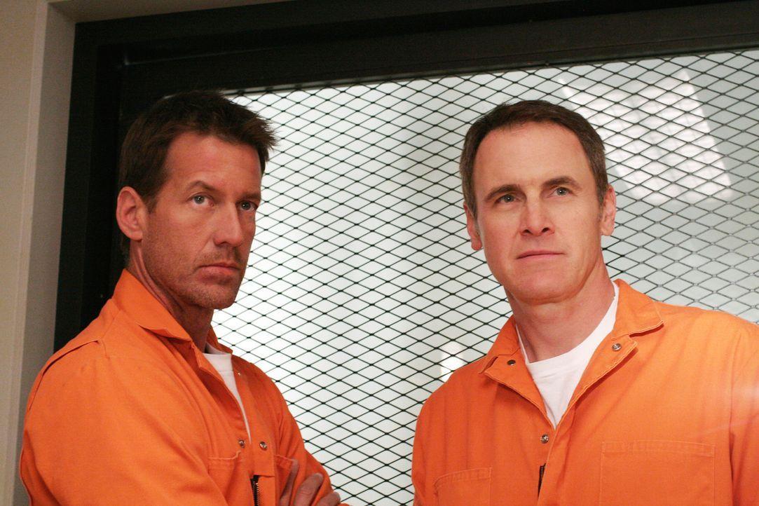 Mike (James Denton, l.) wird im Gefängnis von anderen Häftlingen zusammengeschlagen, und ausgerechnet Paul Young (Mark Moses, r.) kommt ihm zur Hilf... - Bildquelle: 2005 Touchstone Television  All Rights Reserved