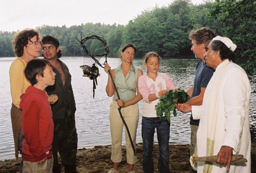 Tom (Jörg Schüttauf, 2.v.r.) staunt nicht schlecht: Ausgerechnet Michaela (Nina Kronjäger, M.) hat einen Fisch gefangen! Oskar (Martin Stührk, l.),... - Bildquelle: Oliver Ziebe Sat.1