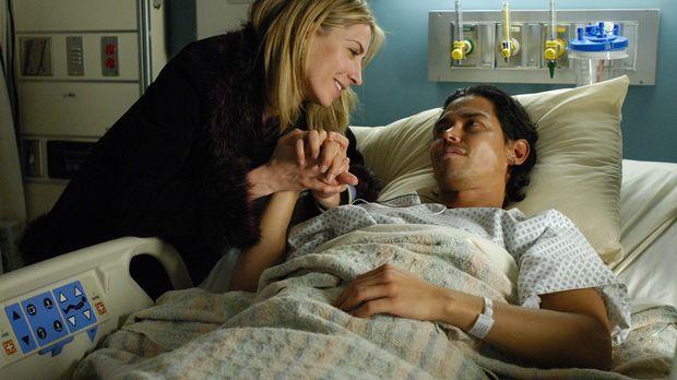 Holly (Yvonne Jung, l.) ist besorgt um Carlos (Anthony Ruivivar, r.), der an...